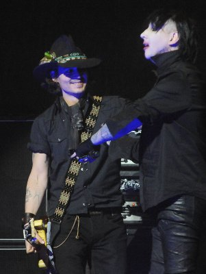 Johnny Depp Hintergrund with a konzert and a guitarist called Johnny Depp with Marilyn Manson