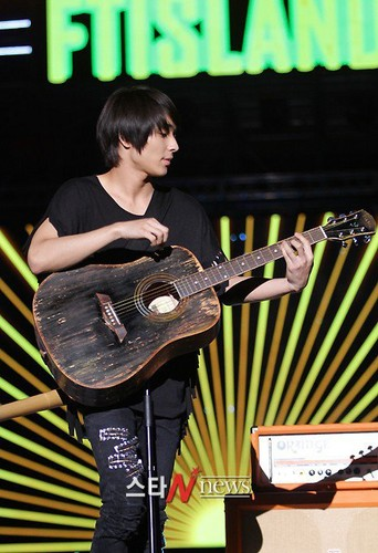 FT ISLAND (에프티 아일랜드) wallpaper containing a guitarist and a concerto entitled Jong Hun (최종훈)