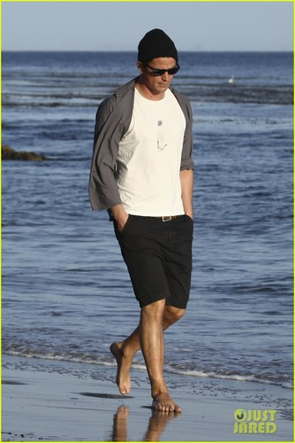 Josh Hartnett: Barefoot Beach Stroll! - josh-hartnett Photo