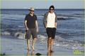 Josh Hartnett: Barefoot tabing-dagat Stroll!