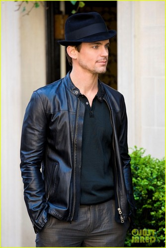 Matt Bomer Hintergrund titled Matt Bomer & Laura Vandervoort KISS for 'White Collar'!