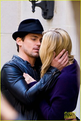 Matt Bomer & Laura Vandervoort halik for 'White Collar'!