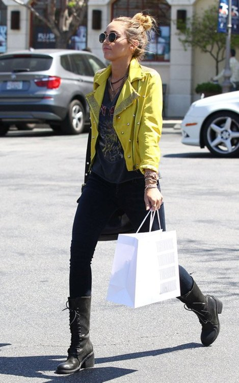 Miley - Shopping with Tish in Calabasas [10th April]
