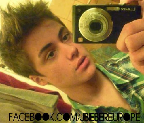 OMG! He Looks Like Justin <3