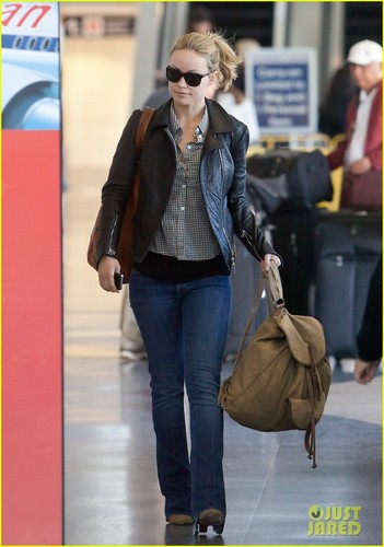 奥利维亚·维尔德 壁纸 with sunglasses and a hip boot titled Olivia Wilde: Blonde Babe at LAX