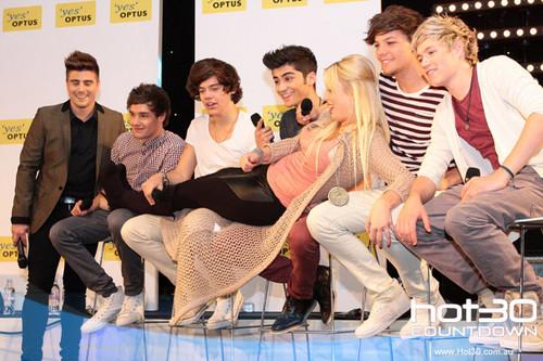 One Direction Co-Host 'Hot 30 Countdown' radio 显示 11.4.2012