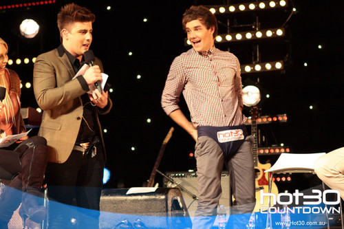 One Direction Co-Host 'Hot 30 Countdown' radio mostra 11.4.2012