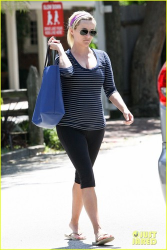 Reese Witherspoon: Baby Bump At the Gym