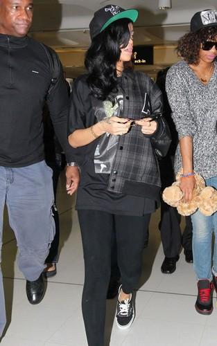 リアーナ making her way to her flight out of Sydney