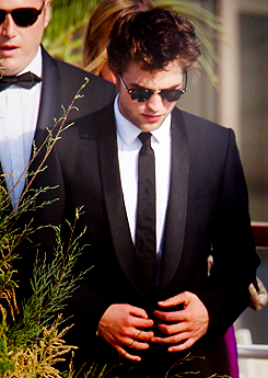 Robert Pattinson hình nền with a business suit, a suit, and a dress suit called Robert Pattinson