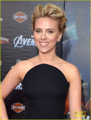 Scarlett Johansson wallpaper possibly containing a portrait titled Scarlett Johansson: 'The Avengers' Premiere!