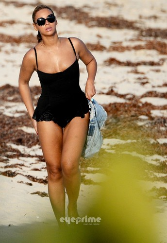 Beyonce wallpaper with a maillot called Swimsuit On The Beach In St Barths [9 April 2012]