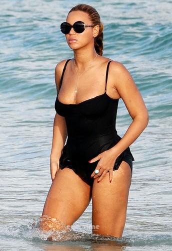 costume da bagno On The spiaggia In St Barths [9 April 2012]
