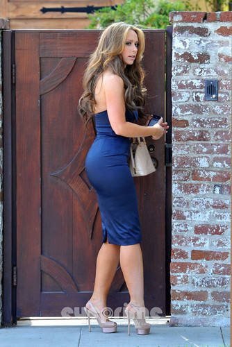 Wearing a Sexy Blue Dress Outside Her 집 In Toluca Lake [ 9 April 2012]