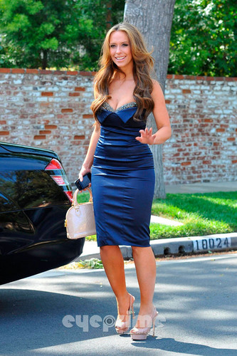 Wearing a Sexy Blue Dress Outside Her ホーム In Toluca Lake [ 9 April 2012]