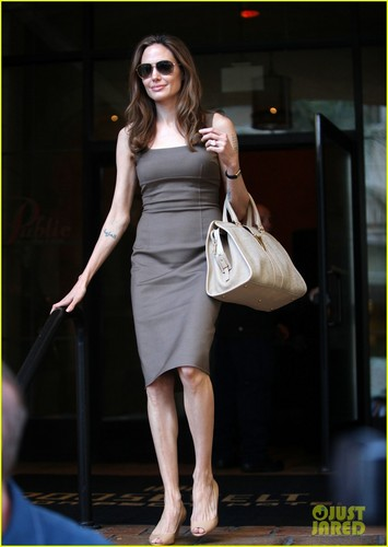 Angelina Jolie: Engagement Ring at Roosevelt Hotel!
