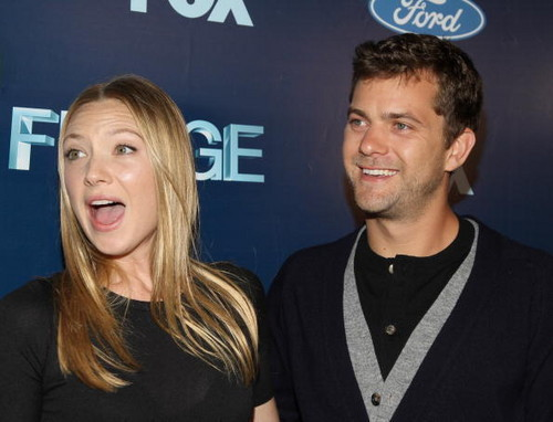 Anna Torv and Joshua Jackson achtergrond with a portrait called Anna and Joshua <3