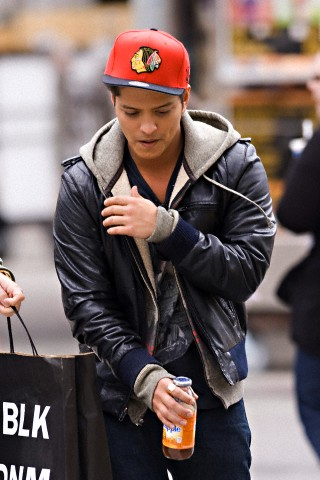 Bruno Mars fond d'écran probably containing a business suit, a street, and a hip boot called Bruno Mars Cute Pix
