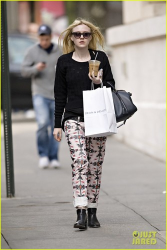 Dakota Fanning: Dean & DeLuca Lover! - dakota-fanning Photo