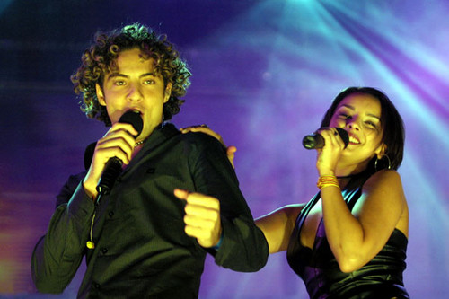 DAVID BISBAL PASSION GITANA wallpaper with a concert and a guitarist entitled David Bisbal & Chenoa