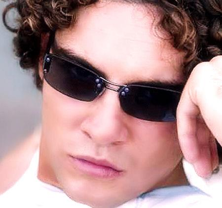 DAVID BISBAL PASSION GITANA দেওয়ালপত্র with sunglasses called David Bisbal