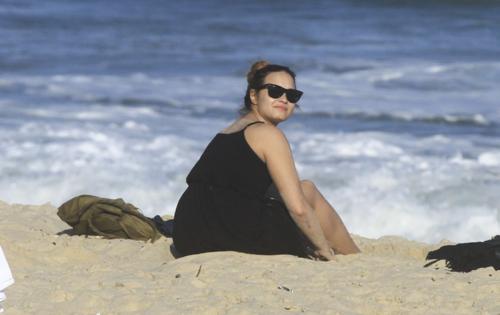 Demi - Hits the de praia, praia with friends in Rio De Janeiro, Brazil - April 18th 2012
