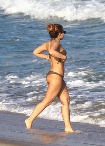 Demi - Hits the ساحل سمندر, بیچ with دوستوں in Rio De Janeiro, Brazil - April 18th 2012