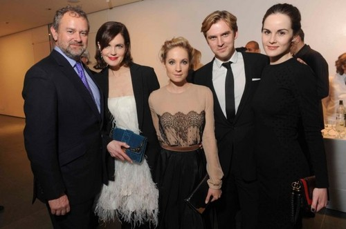 Downton Abbey দেওয়ালপত্র containing a business suit and a well dressed person titled Downton Abbey Cast <3
