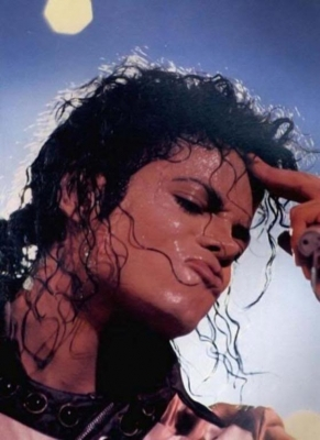 IS IT HOT IN HERE, ou IS IT MICHAEL??? Sweaty, sexy Michael…