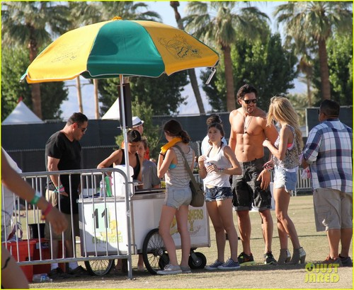 Joe Manganiello karatasi la kupamba ukuta entitled Joe Manganiello: Shirtless at Coachella!