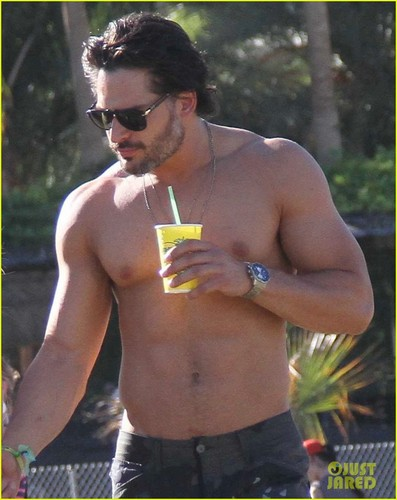 Joe Manganiello 壁紙 containing a 大きな塊, ハンク and skin entitled Joe Manganiello: Shirtless at Coachella!