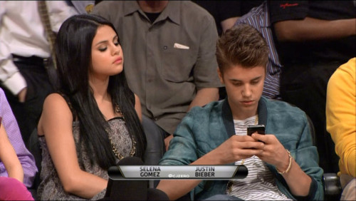 Justin Bieber & Selena Gomez Küssen at Lakers Game