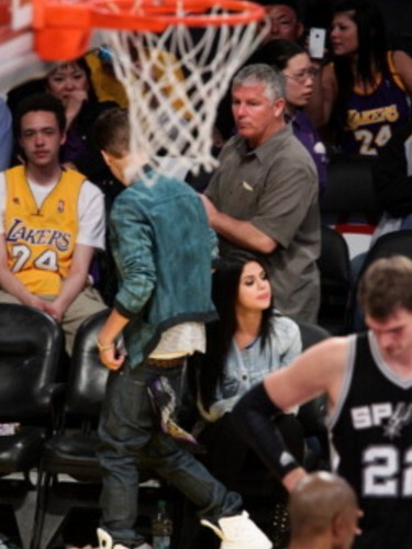 Justin Bieber & Selena Gomez 키싱 at Lakers Game