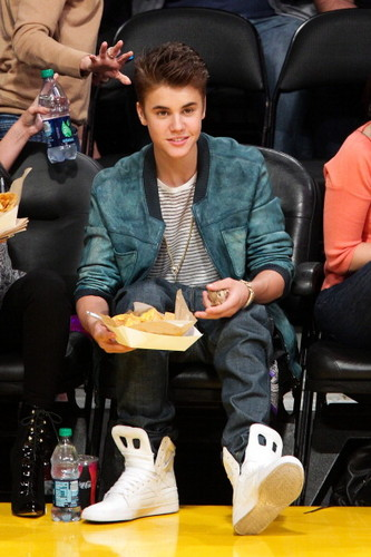 Justin Bieber & Selena Gomez Kissing at Lakers Game - justin-bieber Photo