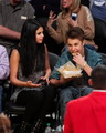 Justin Bieber & Selena Gomez キス at Lakers Game
