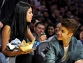 Justin Bieber & Selena Gomez স্নেহ চুম্বন at Lakers Game