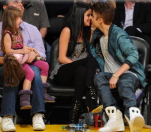 Justin Bieber & Selena Gomez halik at Lakers Game