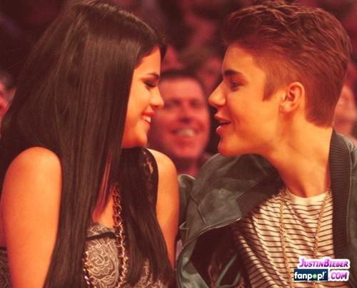 Justin Bieber & Selena Gomez Kissing at Lakers Game