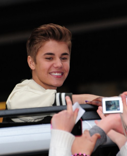 Justin Greeting ファン in UK Outside His Hotel