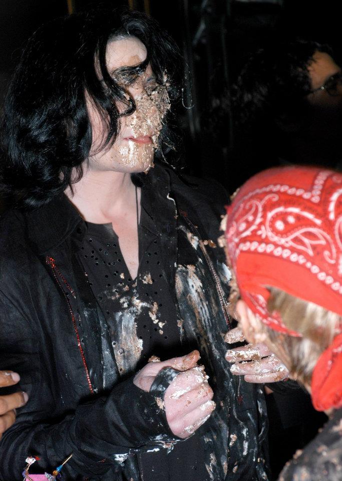 http://images5.fanpop.com/image/photos/30500000/Michael-Jackson-cake-birthday-fight-michael-jackson-30528199-683-960.jpg