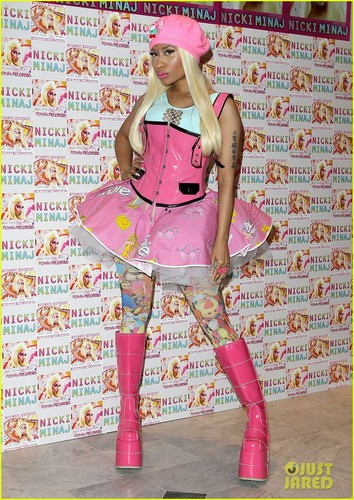 Nicki Minaj: 'Roman Reloaded' CD Signing in London!