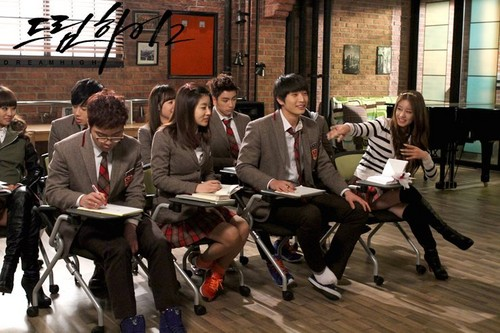 Dream High 2 fond d'écran with a business suit and a rue called Official Picz