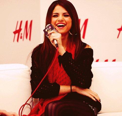 Selena...<3