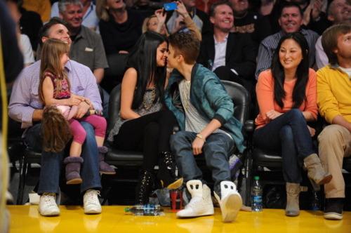 Selena and Justin at the Lakers game