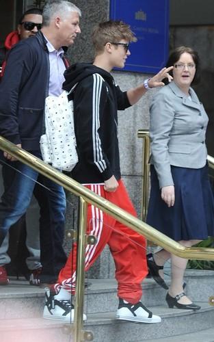 Justin Bieber leaving the Royal Garden Hotel in Londres