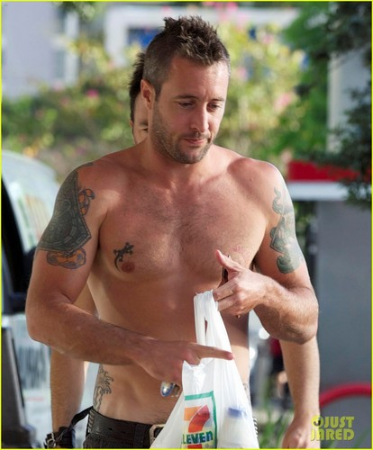 Alex O'Loughlin wallpaper probably with a hunk, a six pack, and skin titled Alex O'Loughlin: Shirtless in Hawaii!