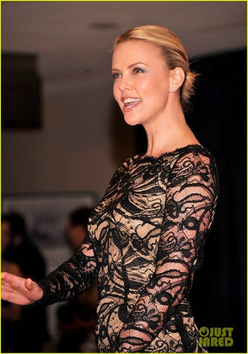 查理兹·塞隆 壁纸 titled Charlize Theron - White House Correspondents' 晚餐 2012