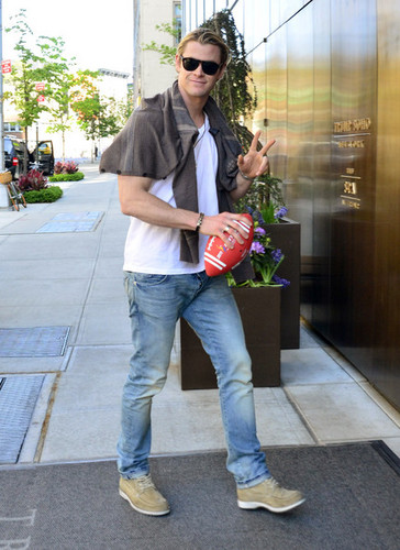 Chris Hemsworth Out in Soho - chris-hemsworth Photo