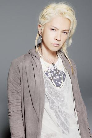 Hyde blond in grey