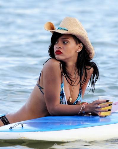 In A Bikini On The pantai In Hawaii [28 April 2012]